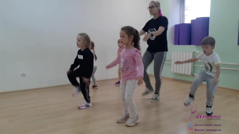Хип хоп беби в студии танца Амрита