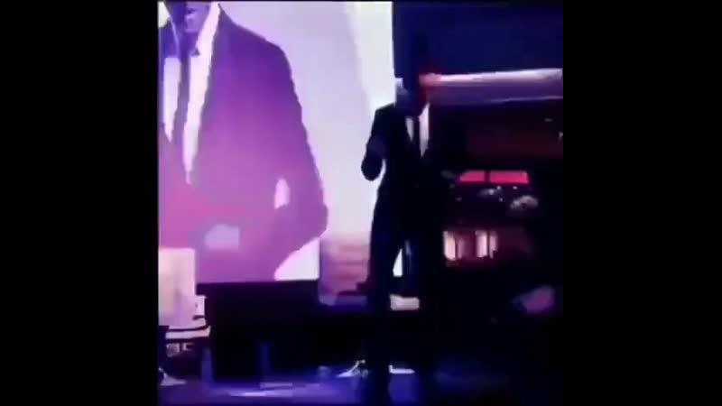 локи ((хиддлстон)) танцует