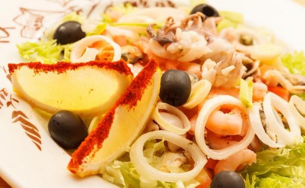 Салат из морепродуктов может включать в себя различные виды морепродуктов в одном блюде.