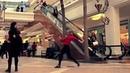 Девушка без комплексов танцует в торговом комплексе .=