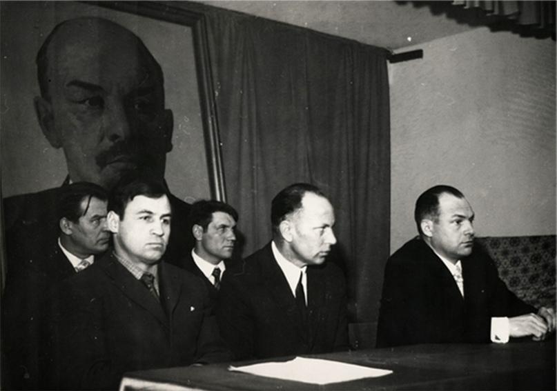 Первый слева — директор шахты Коновалов А. Н.