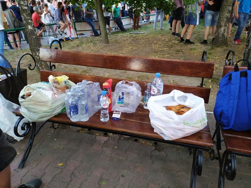 Это принесли неравнодушные граждане для участников митинга возле СИЗО Володарского, 17 августа