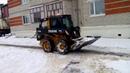 Очистка дороги от снега в Белгороде, мини-погрузчик John Deere
