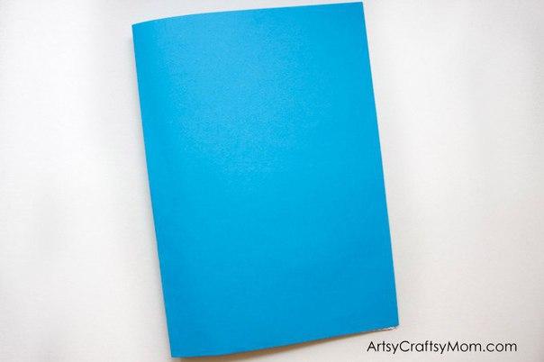 Как сделать объемную новогоднюю открытку Вам потребуется:Плотная бумага для основы синего цветаЦветная бумага (зеленая, красная, коричневая, желтая, фиолетовая и розовая)Маркеры, чтобы украсить