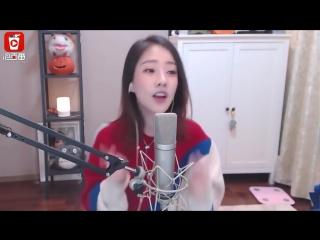 Красивая кореянка прикольно поет песню про животных