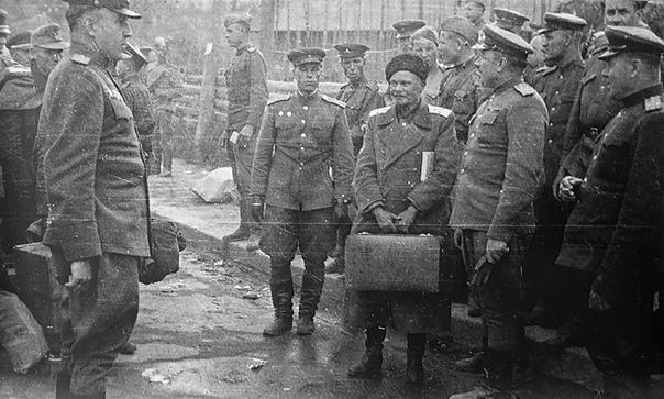 Передача атамана Шкуро британцами советским властям, Австрия, 31 мая 1945 года. 1 июня 1945 года началась массовая выдача казаков и членов их семей, находящихся в британской оккупационной зоне