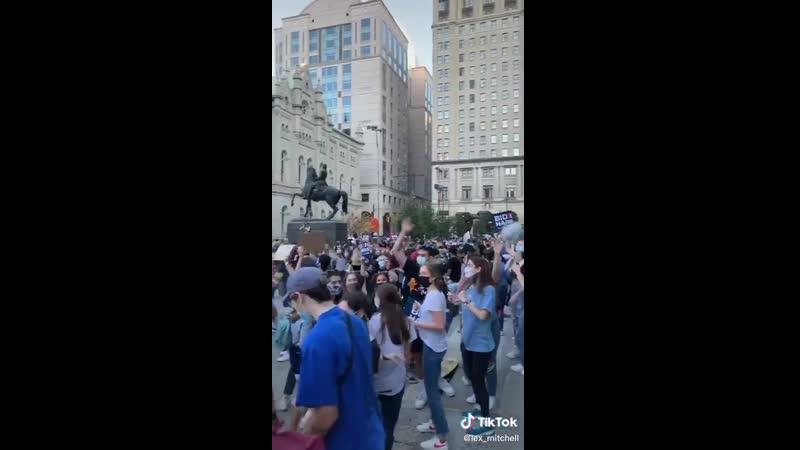 Люди в Филадельфии танцуют и поют под Леди Гагу и Ариану Гранде Rain On Me