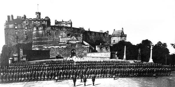 Гордонские хайлендеры в Эдинбурге перед отправкой на войну в августе 1914г. На первом фото 1000 солдат и 27 офицеров. А на втором те, кто вернулся с войны. 27 солдат и один
