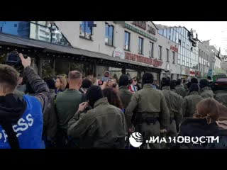 Около ТЦ Айсберг каратели прижали участниц Блестящего марша к стене..