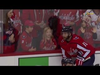 Игрок НХЛ подарил шайбу девочке, но не с первой попытки