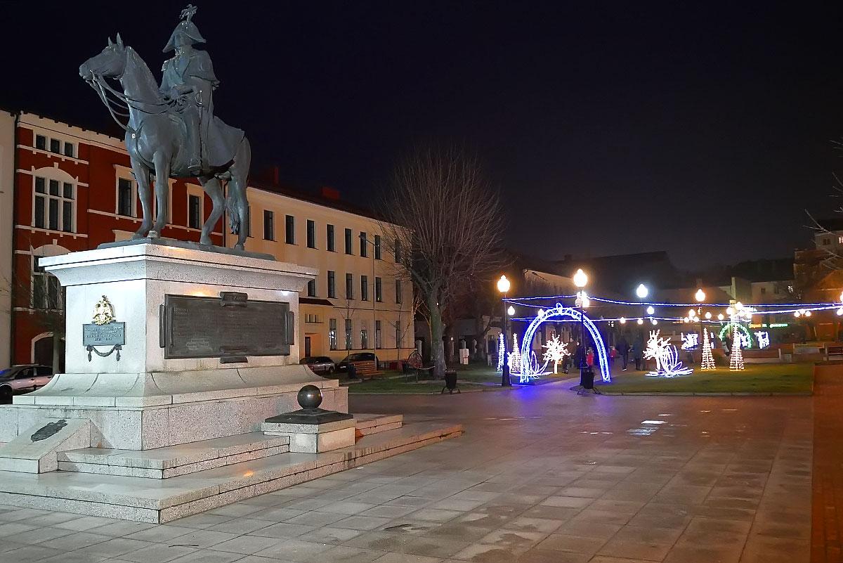 Памятник Барклаю де Толли и сквер в центре Черняховска, в январе 2020 г.