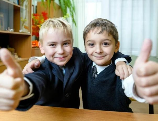 САНИТАРОВ И ПОВАРОВ Они оба учатся в пятом классе. И дружат. Ещё бы им не дружить! Потому что оба плохо читают, не выучили ещё до конца таблицу умножения и давно махнули на себя рукой. На себя,