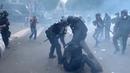 Французский полицейский спецназ забили камнями и бутылками в самом центре Парижа