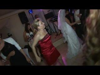 Внимание на девушку в красном платье
