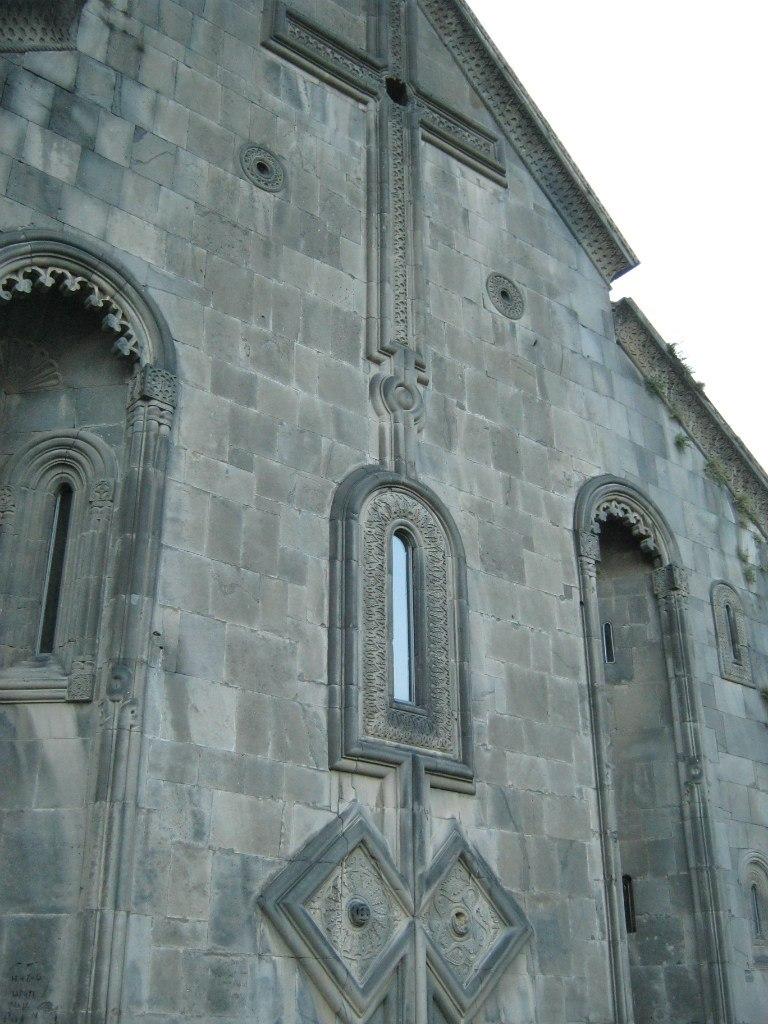 Боковая сторона церкви Ахтала