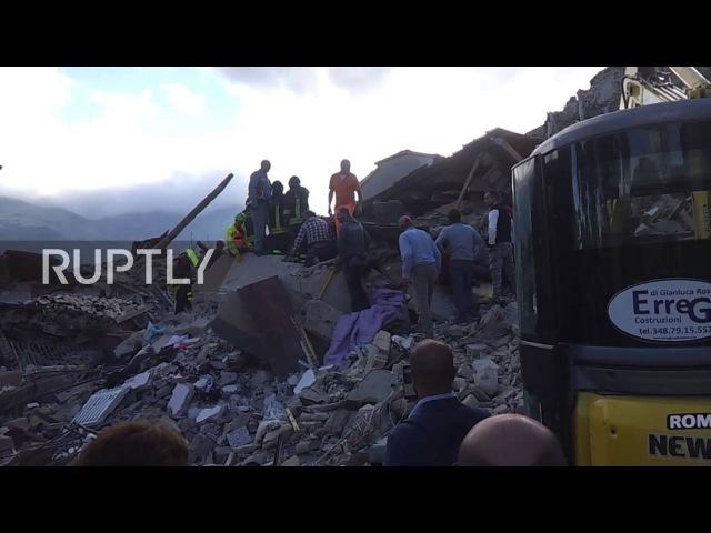 Италия Люди вытащили из под завалов в Аматриче после разрушительного землетрясения