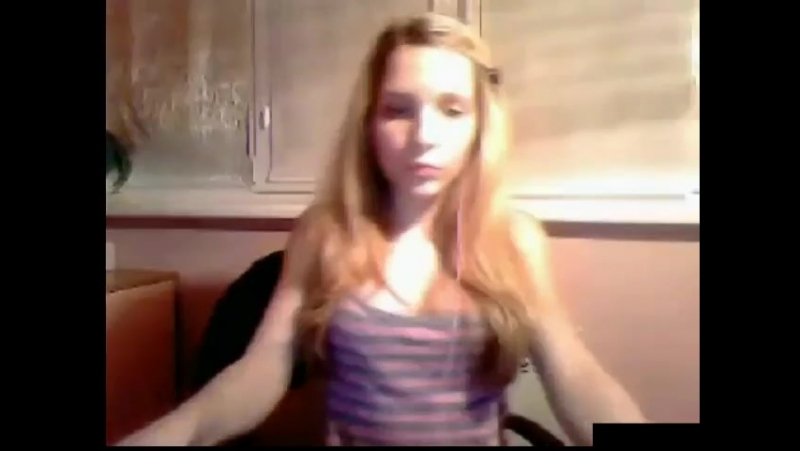 Девчонка показывает перед вебкой грудь и попку. Видеочат сняла сиськи соски студ