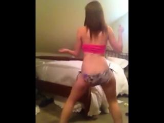 Девушка танцует на камеру #9