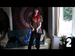 Девушка в колготках под джинсами, надевает 100 пар колготок