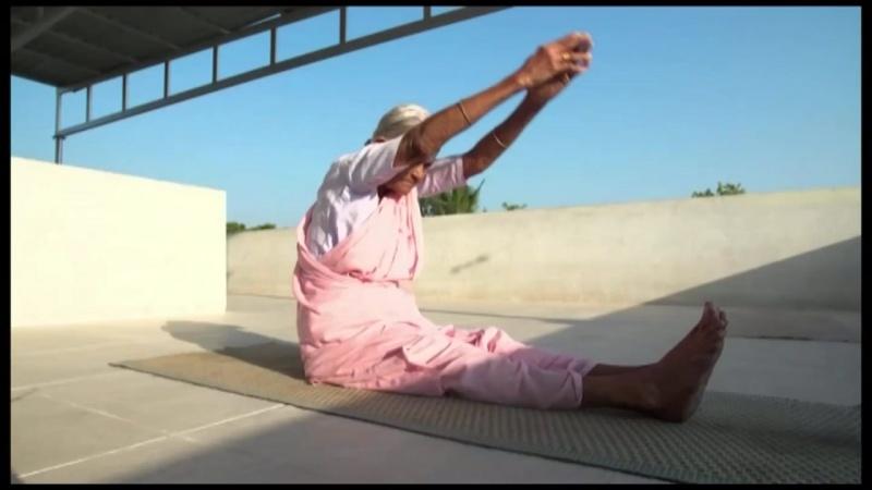 98-летняя бабушка практикует йогу