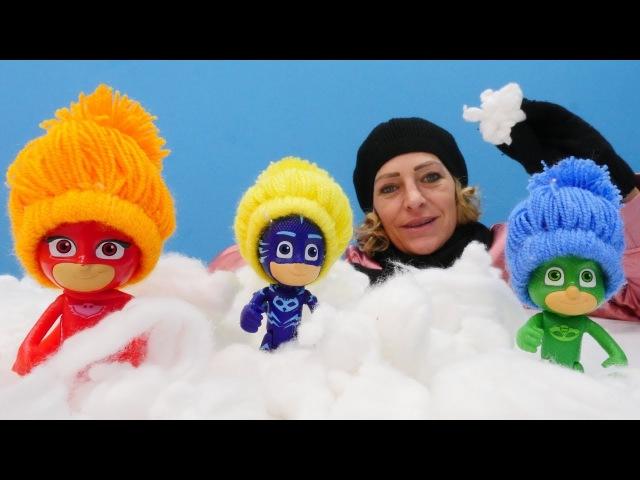 Die Pyjamahelden füttern die Tiere. PJ Masks Toys.