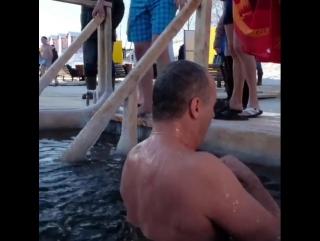 Алексей Ладыков поздравил православных с праздником Крещения и окунулся в прорубь