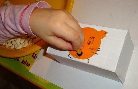 ИГРЫ ПО МЕТОДИКЕ М. МОНТЕССОРИ ДЛЯ ДЕТЕЙ ОТ 1 ДО 2,5 ЛЕТ Пересыпаем ложкой.Для игры понадобятся две емкости, сыпучий материал (любая крупа или что-то ее напоминающее) и ложка. Покажите ребенку