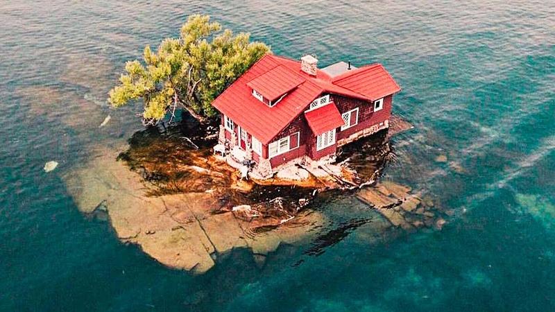 Люди не понимают как возможно жить в этом доме, ведь он стоит на самом маленьком острове в мире!