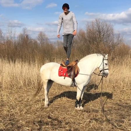 Ваня Пальчик on Instagram: Как бы вы назвали этот трюк? Также для любых услуг связанных с лошадями обращайтесь в конный клуб Конег по телефо