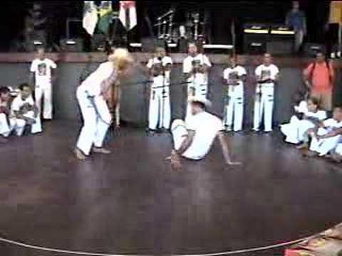 Capoeira: Jogo de navalha grupo terra CM Américo Prof. Qxudo
