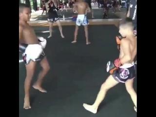 Детский бокс. На кураже и классе разбирает соперника в спарринге