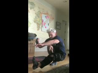 Зак занимается лечебной гимнастикой после травмы связок