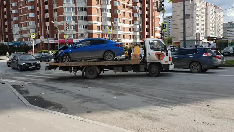 Екатеринбург. Увозят машину после вылета на тротуар