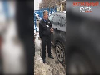Охранник угрожал проколоть шины автомобилю на парковке