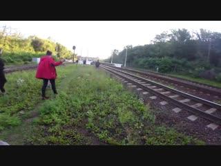 Драка зацеперов с машинистом поезда на платформе. Неудачный зацепинг. Побег от охраны и полиции