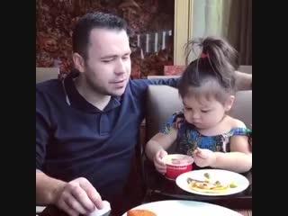 Дочка кормит папу.