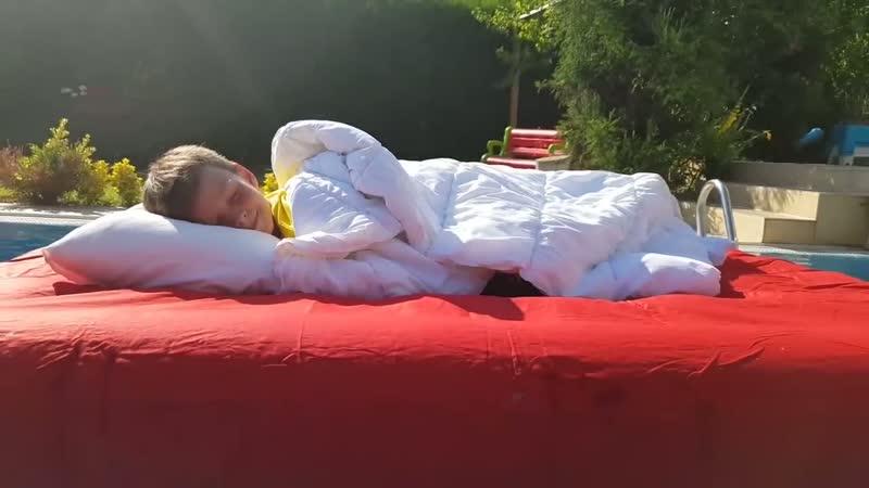 Ali Beweren Te Slapen In Het Bed In Ons Zwembad Plezier Voor Kinderen Video