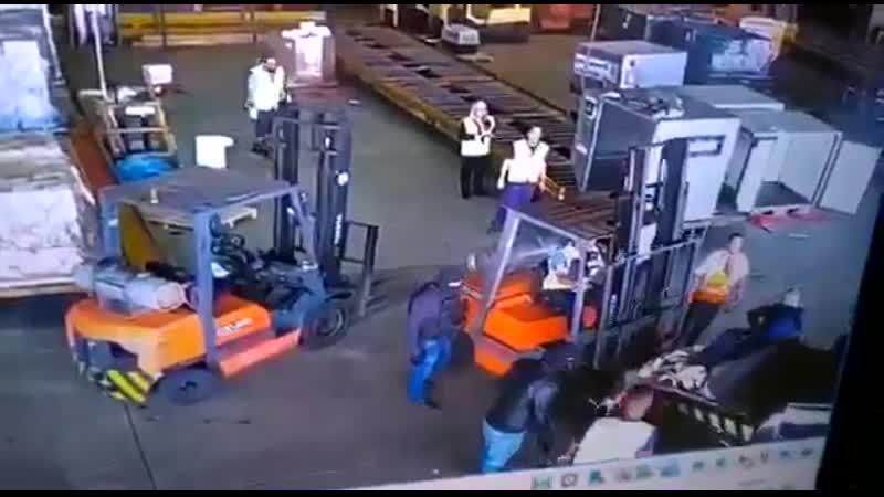 Грабители увезли из аэропорта 720 кг золота закосив под полицейских