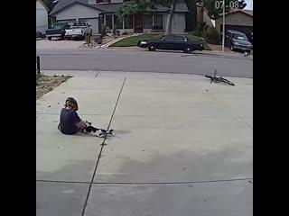 Мальчик играет с соседским котом