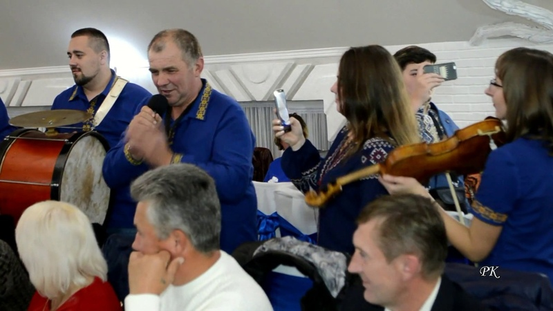 Несе Галя воду Гурт Нічний зорепад та весільні гості Carries Galya water Wedding