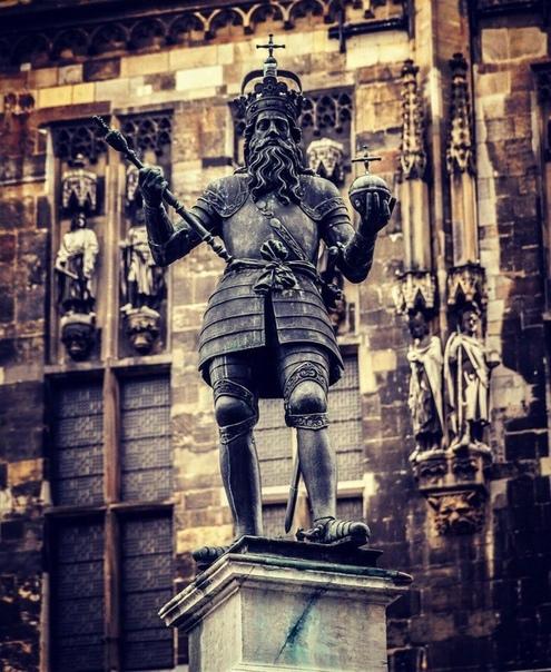 Памятник Карлу Великому в городе Ахен, Германия.
