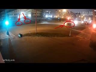 На мигающий зелёный. Посмотрите, как в Бресте школьники перебегают дорогу. Хорошо, что не попали под колёса автомобиля