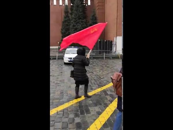 Красный флаг на Красной площади В И Реунова пронесла флаг СССР Ура Верховному Совету СССР