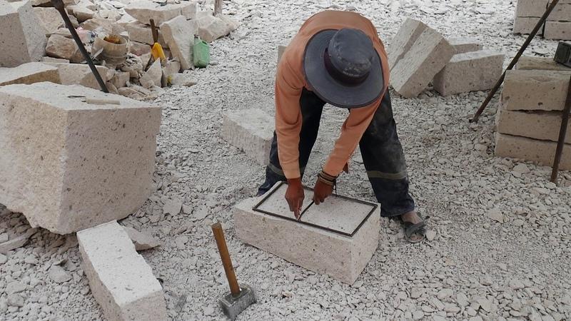 PERU - Tallado de una Piedra de Sillar en Culebrillas, Arequipa