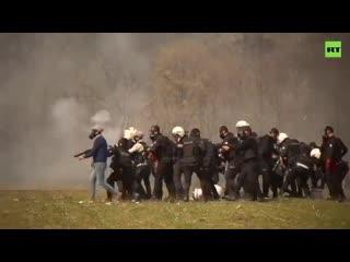Trkische Polizisten beschieen zusammen mit Migranten Griechenland