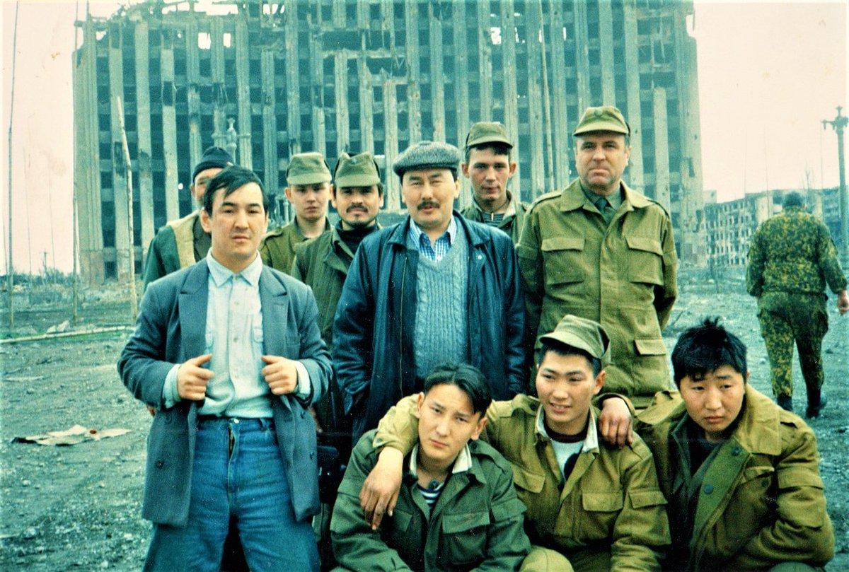 Бойцы 324 мотострелкового полка с делегацией Якутии, грозный, март 1995 года.