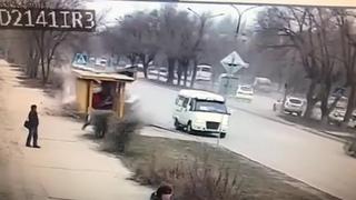 В Волгоградской области водитель на BMW протаранил остановку и сбежал