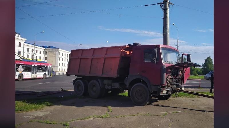 В Рыбинске грузовик снес ограждение и выехал на пешеходную зону а ВАЗ улетел в кювет