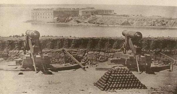 О ЧЕМ МОЛЧАТ ТРОФЕИ КРЫМСКОЙ ВОЙНЫ Пушки, находящиеся напротив Городского совета города Голвея (Ирландия), ни что иное как трофеи Крымской войны. Две русские пушки с изображением двуглавого орла