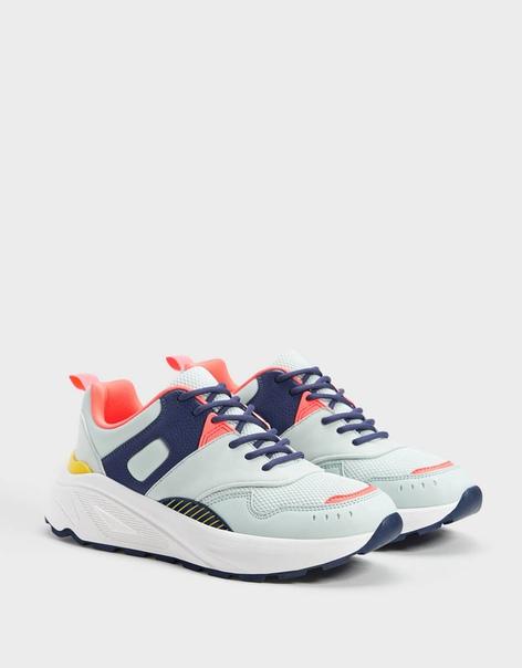 Разноцветные кроссовки из контрастных материалов